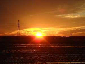 お通夜に向かう途中、西の空の夕日が悲しく見えました