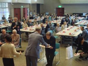 飛鳥地区敬老会にて市長賀詞を受ける米寿・喜寿の皆様