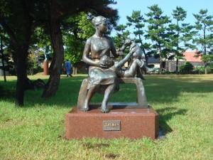 平田地域で石黒光二先生のブロンズ像作品清掃