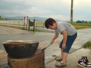 最年少のしゅんちゃんが雨を逃れた鍋の火をチェック