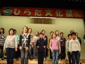 田沢小児童先生皆が一つになって笑顔の合唱