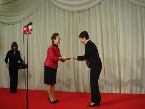 女性の会ローズ一周年記念式典にて星川恵美会長より東北公益文科大学へご寄付贈呈