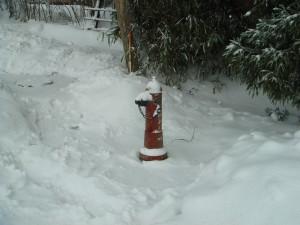 連日の豪雪にも関わらず地元の消防団員により消火栓は準備完了です