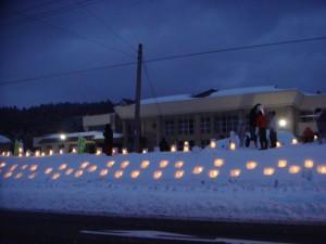 地見興屋小学校で雪灯篭祭り、幻想的な明かりに心癒されました