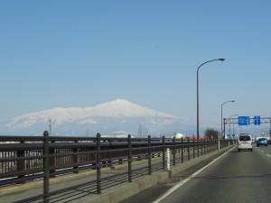 空の青さと鳥海山が余りに綺麗で車窓からパチリ