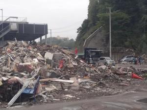 街中瓦礫の山◆被災民の心が未来に向うためにはまずこの瓦礫を一日でも早く撤去することが政治の仕事のはず