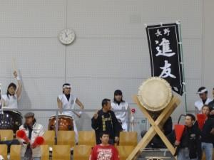 長野県岡谷市から地元チーム進友会応援に駆けつけた太鼓集団、迫力の鼓動
