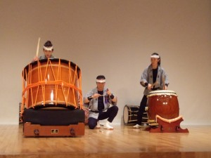 東北芸術工科大学創作和太鼓サークルの元気いっぱいの演奏