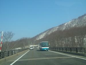 雲ひとつない快晴の月山新道、残雪の山々と青空が見事なコントラストです